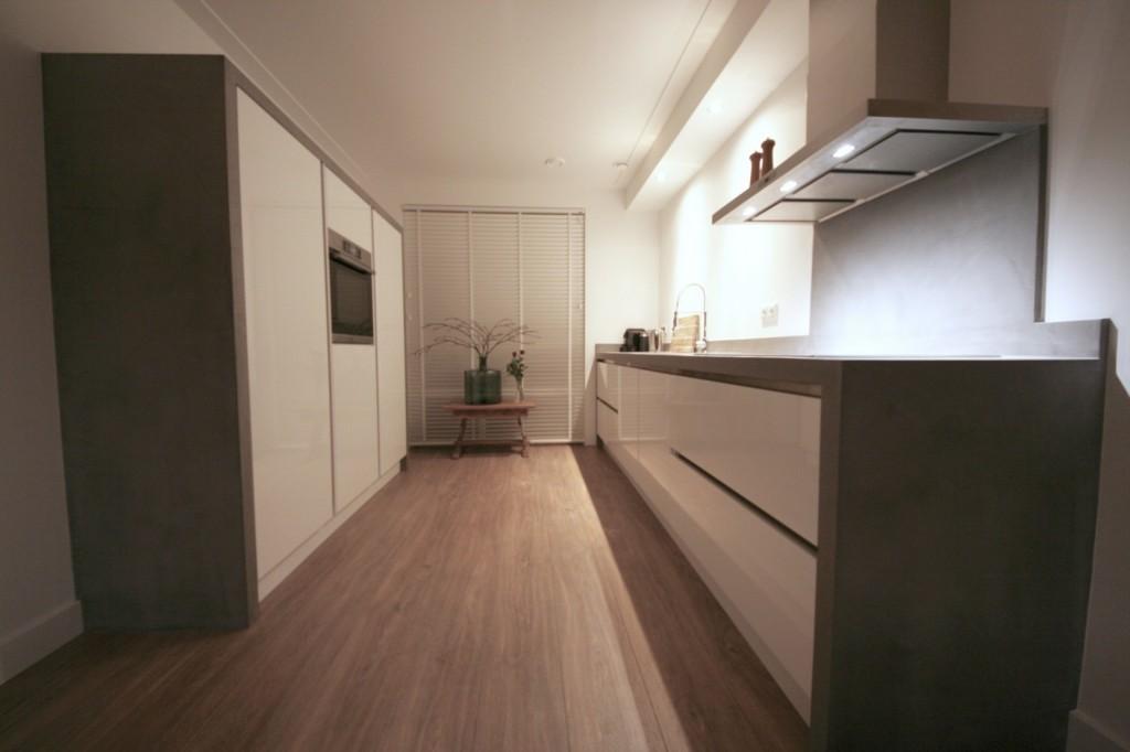 Zeer Keukenblad en kasten ombouw afgewerkt met Beal Mortex betonlook HI87